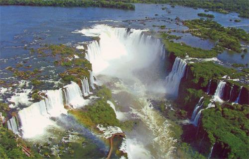 Водопад Игуасу - главная достопримечательность города (фото с открытки)