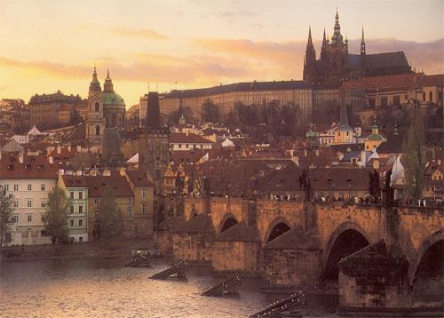 Вид на Карлов мост и районы Градчаны и Мала Страна (c открытки Милана Кинцла)