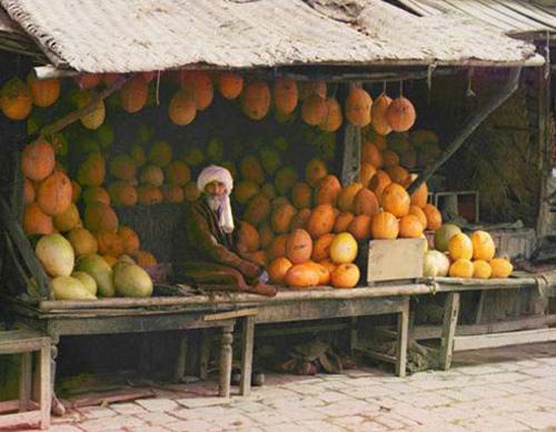 Из серии ''Узбекские портреты''. Торговец дынями в Самарканде (фото начала ХХ века).