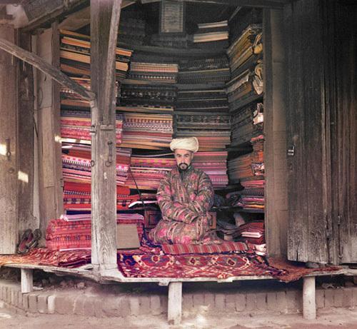 Из серии ''Узбекские портреты''. Торговец коврами в Самарканде (фото начала ХХ века).
