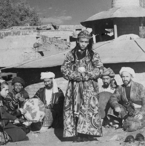 Из серии ''Узбекские портреты''. Танцующий мальчик в Самарканде (фото начала ХХ века).