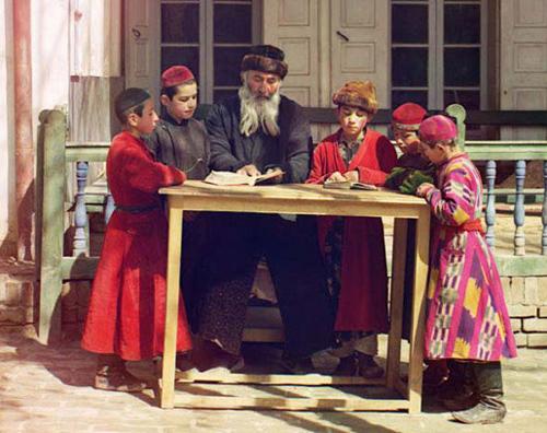 Из серии ''Узбекские портреты''. Еврейские дети на уроке в школе в Самарканде (фото начала ХХ века).