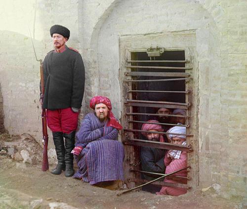 Из серии ''Узбекские портреты''. В зиндане (фото начала ХХ века).
