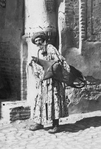 Из серии ''Узбекские портреты''. Водонос в Самарканде (фото начала ХХ века).
