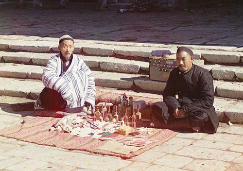 Из серии ''Узбекские портреты''. Врачи на площади Регистан в Самарканде (фото начала ХХ века).