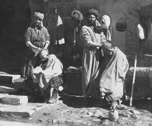 Из серии ''Узбекские портреты''. Парикмахеры на площади Регистан в Самарканде (фото начала ХХ века).