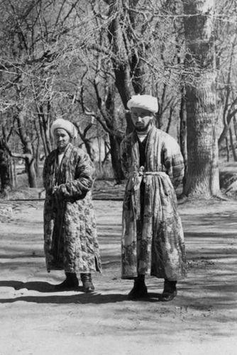 Из серии ''Узбекские портреты''. Муллы у мавзолеев Шахи-Зинда в Самарканде (фото начала ХХ века).