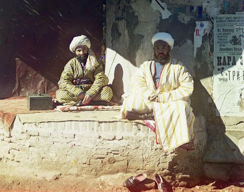 Из серии ''Узбекские портреты''. Менялы на площади Регистан в Самарканде (фото начала ХХ века).