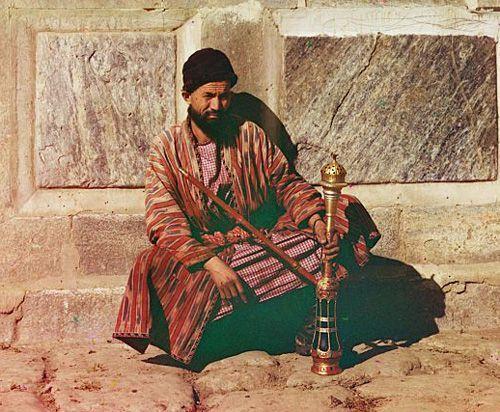 Из серии ''Узбекские портреты''. Мужчина с чилимом на улице Самарканда (фото начала ХХ века).