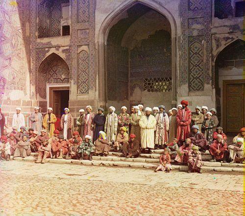 Из серии ''Узбекские портреты''. На площади Регистан в Самарканде (фото начала ХХ века).
