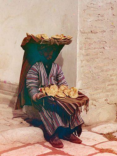 Из серии ''Узбекские портреты''. Торговец лепешками в Самарканде (фото начала ХХ века).