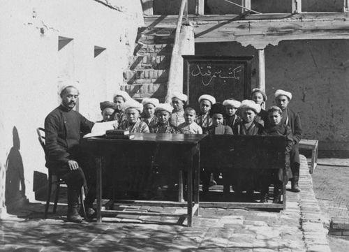 Из серии ''Узбекские портреты''. Школа в Самарканде (фото начала ХХ века).