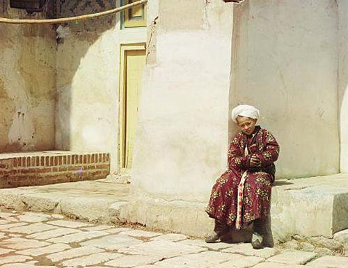 Из серии ''Узбекские портреты''. Во дворе медресе Тилля-Кари в Самарканде (фото начала ХХ века).