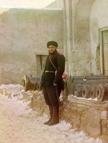 Из серии ''Узбекские портреты''. Часовой у дворца эмира Бухары (фото начала ХХ века).