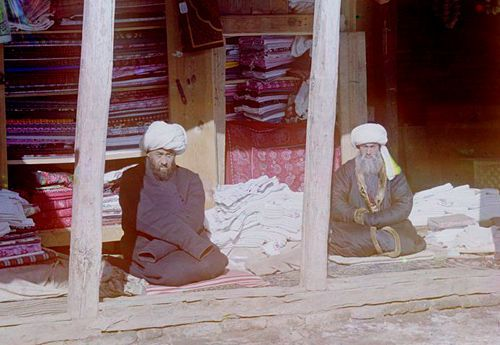 Из серии ''Узбекские портреты''. Торговцы на площади Регистан в Самарканде (фото начала ХХ века).
