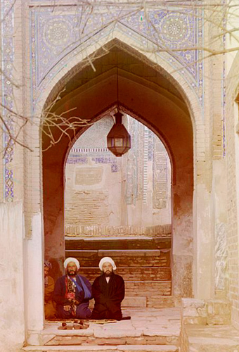Из серии ''Узбекские портреты''. У входа в ансамбль Шахи-Зинда в Самарканде (фото начала ХХ века).
