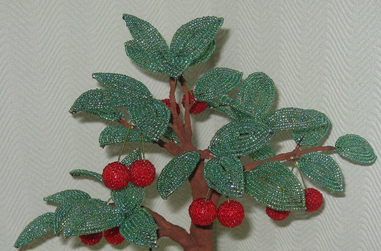 Высота вместе с горшком 33 см.Вишенки это бусины оплетенные кирпичным плетением.