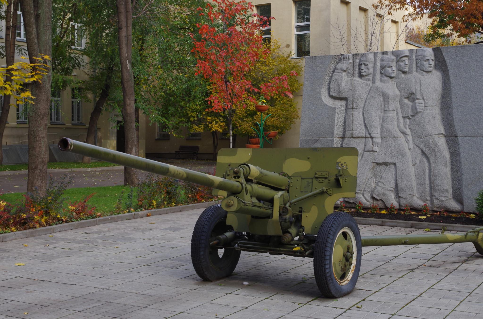 57-мм противотанковая пушка (ЗИС-2) в школьном дворе (Центр образования 175)