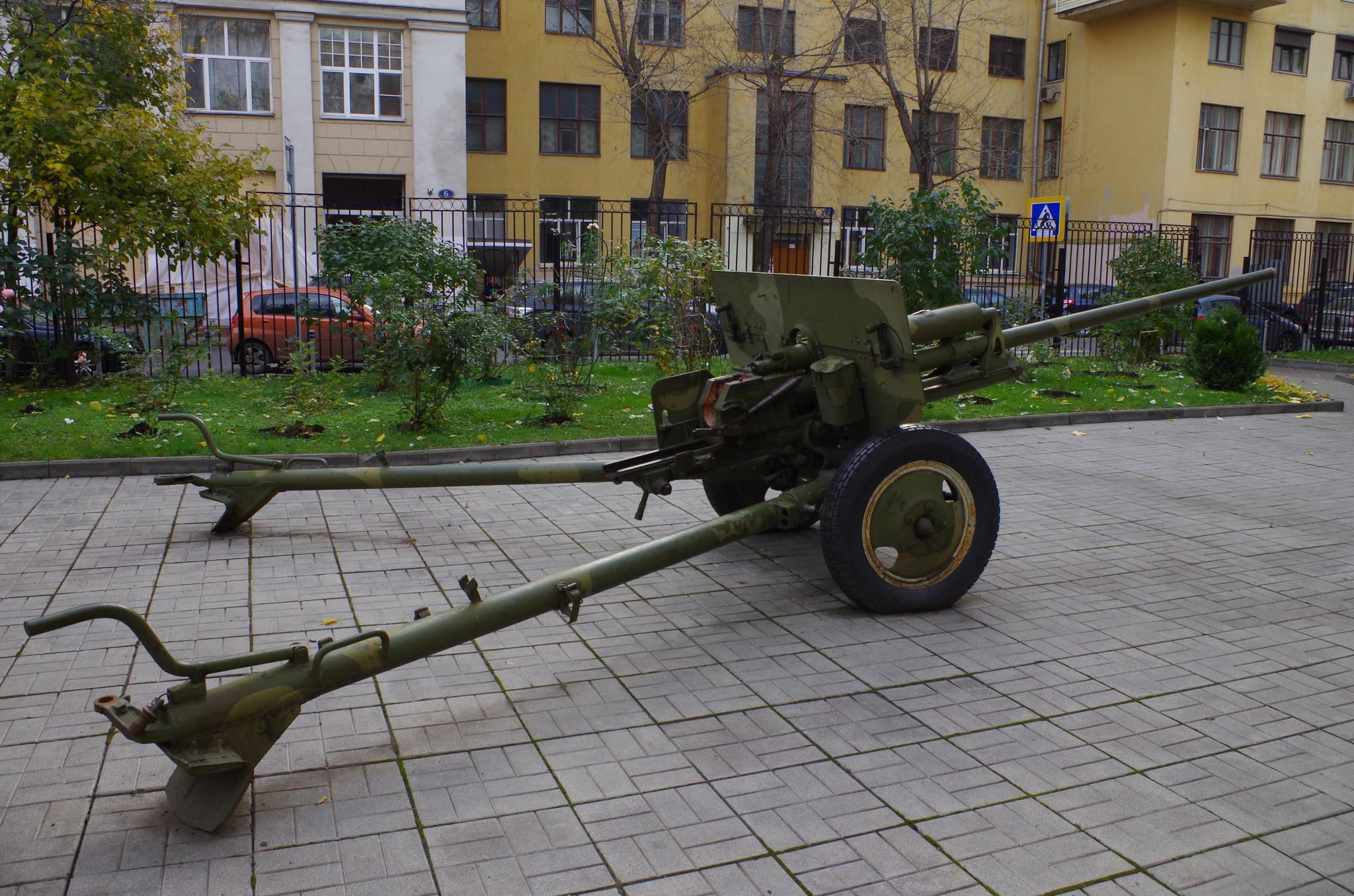 57-мм противотанковая пушка (ЗИС-2) в школьном дворе (Старопименовский переулок, дом 5)