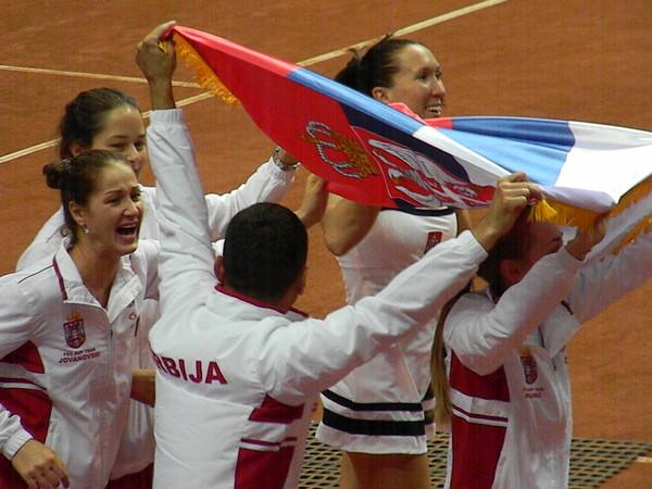 Сборная Сербии празднует победу в полуфинале Кубка Федерации