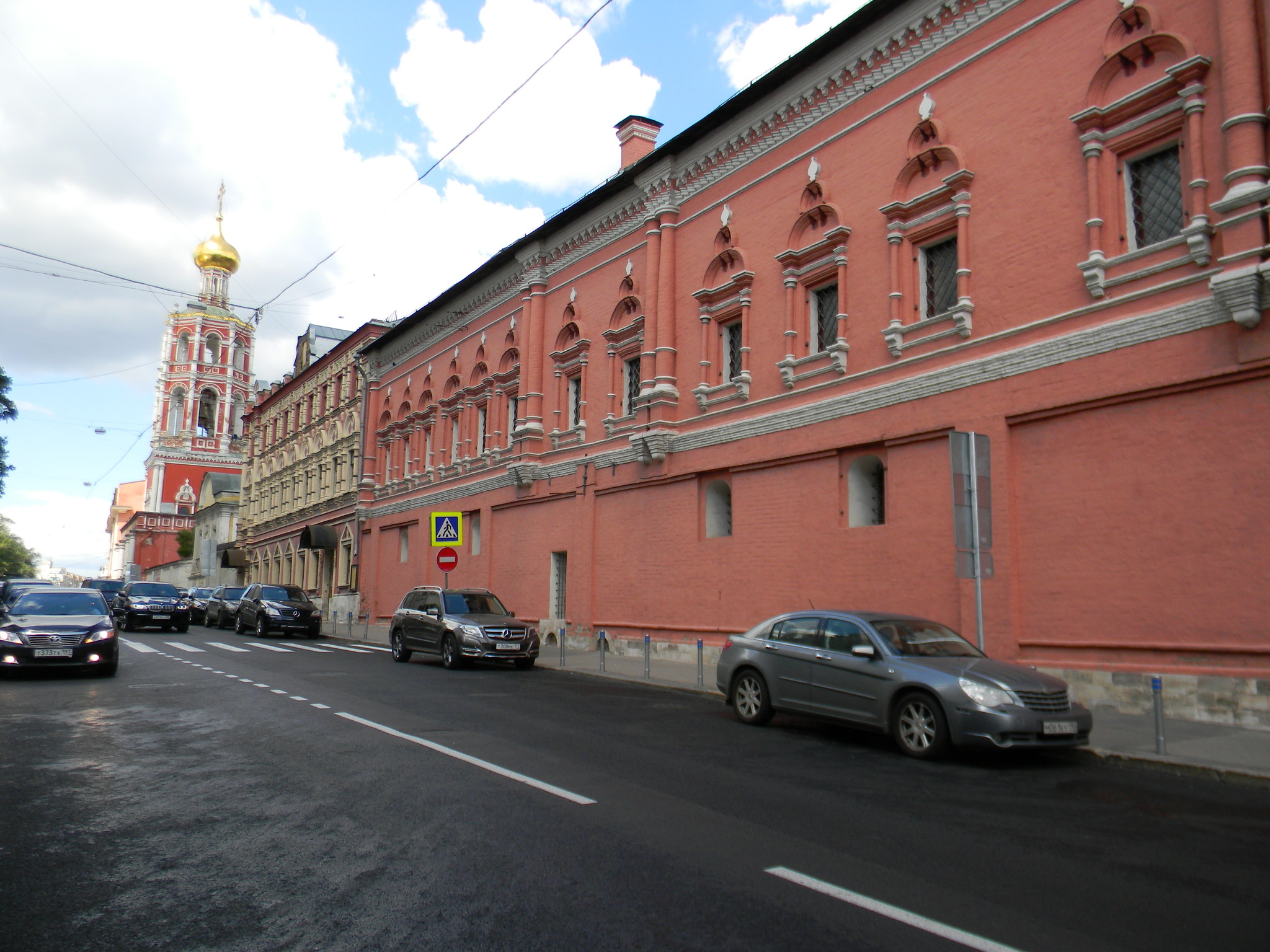 Нарышкинские палаты с надвратной церковью Высоко-Петровского монастыря