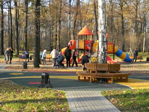 Детская площадка в парке Северного
