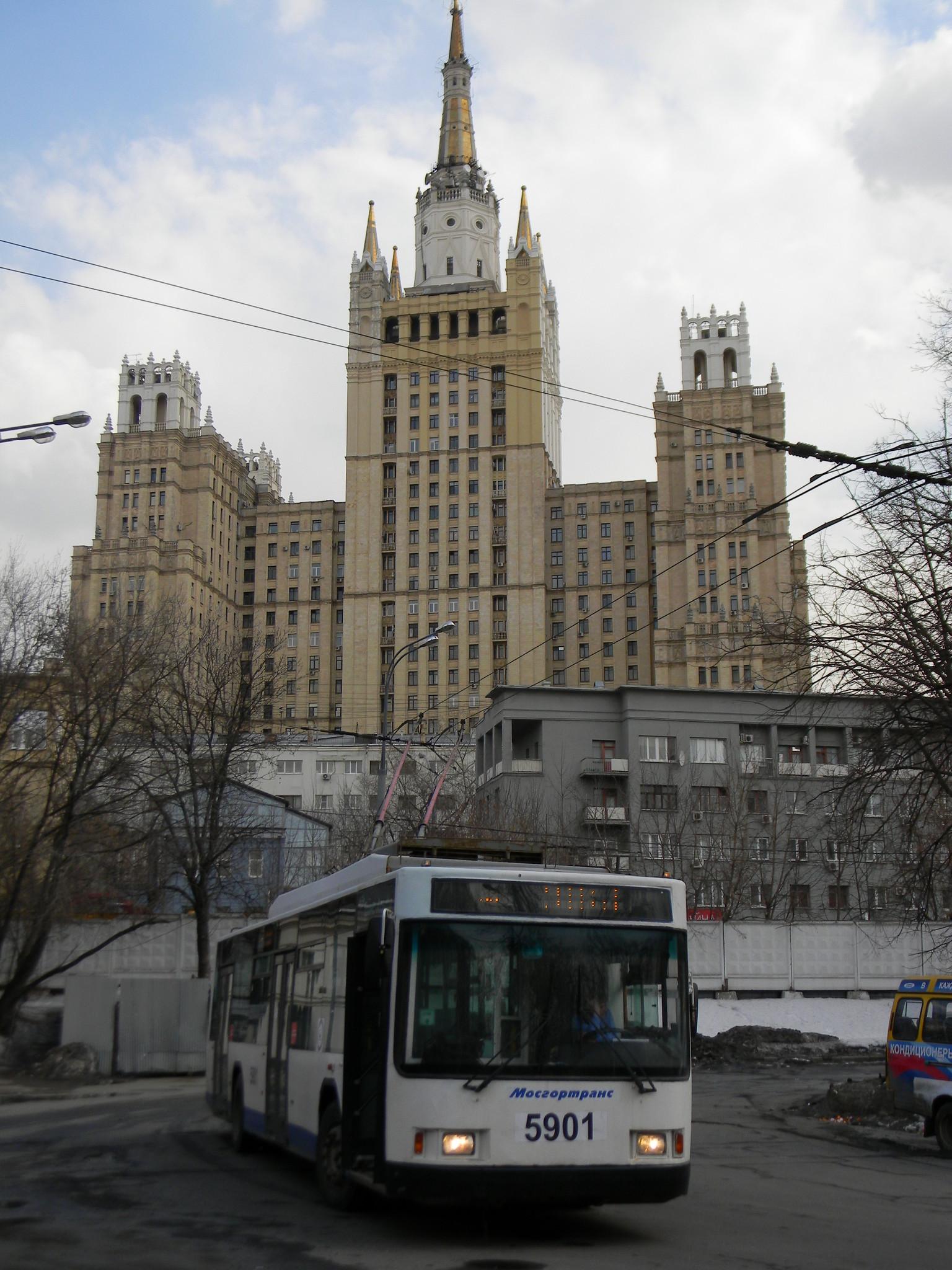 Высотка на Кудринской площади у станции «Баррикадная»
