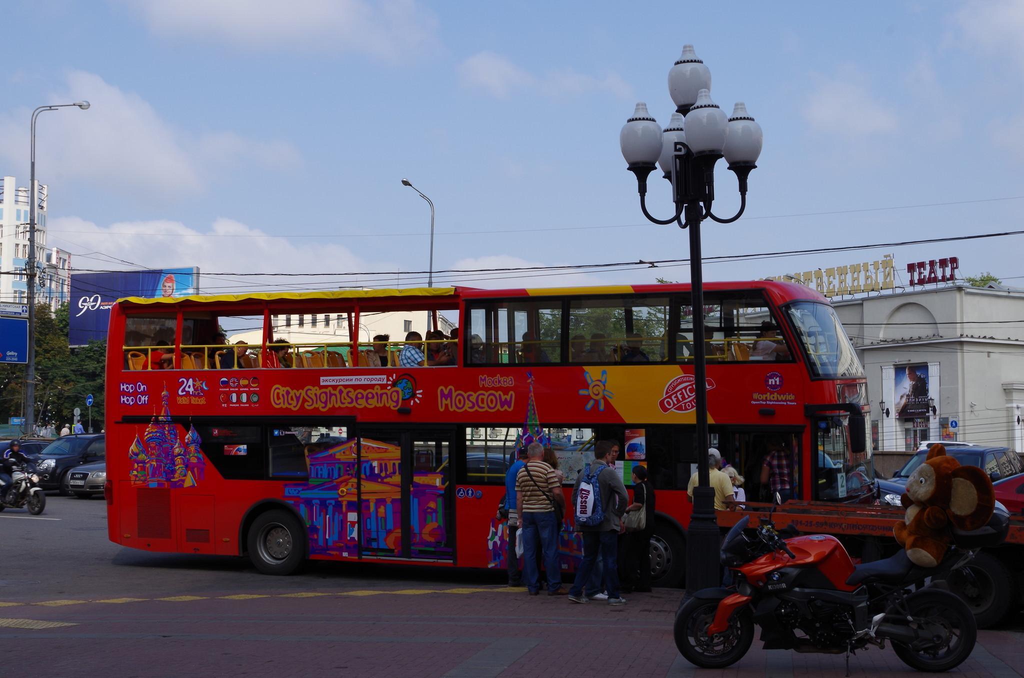 Красный двухэтажный автобус на Арбате