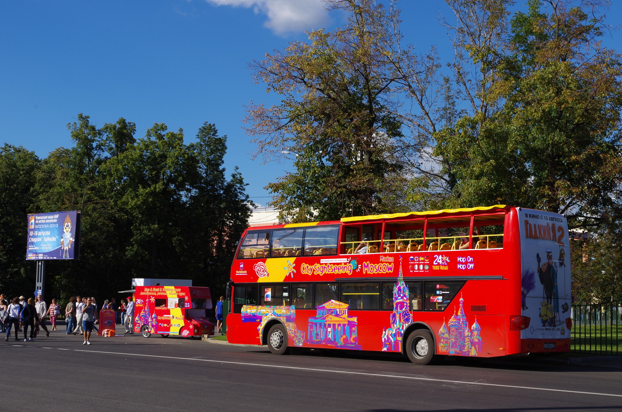 Красный двухэтажный автобус в Лужниках