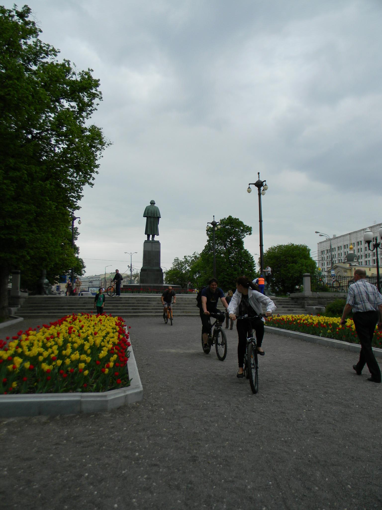 Велосипедисты на Гоголевском бульваре