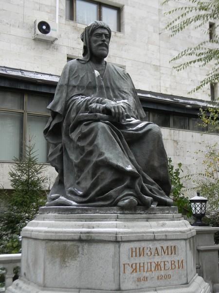 Памятник Низами Гянджеви у посольства Азербайджана в Москве