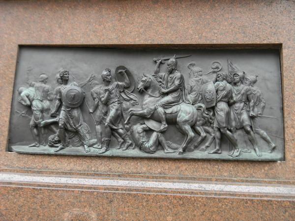 Задний горельеф на постаменте памятника Минину и Пожарскому