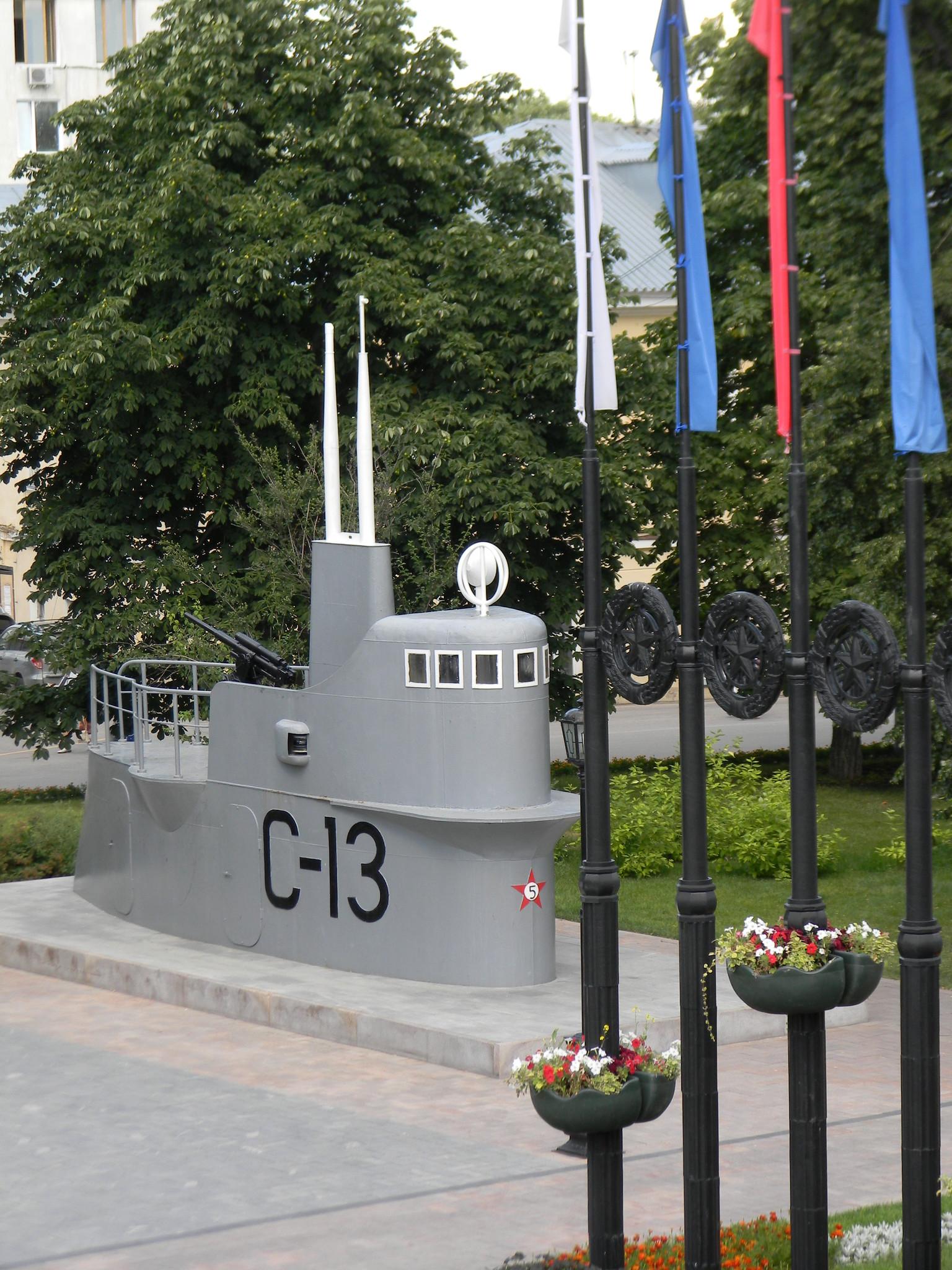 Копия рубки подводной лодки С 13, установленная в Нижегородском кремле в 2000 году