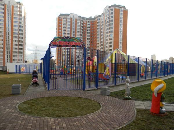 Детская площадка для детей-инвалидов в 1-м микрорайоне Северного