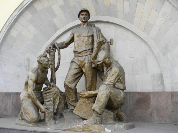 Памятник метростроевцам у входа на станцию