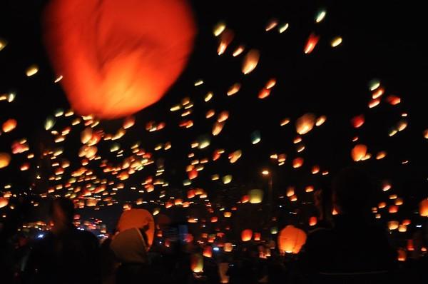 запуск фонариков, запуск небесных фонариков, китайские фонарики, летающие фонарики, досуг молодежи, лето, парк