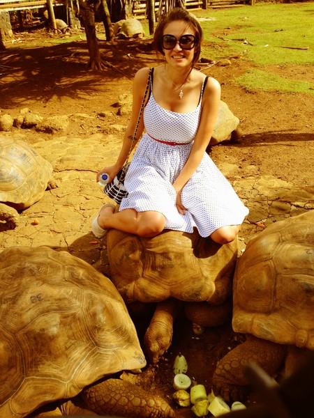 Алена Водонаева схватила льва за причинное место