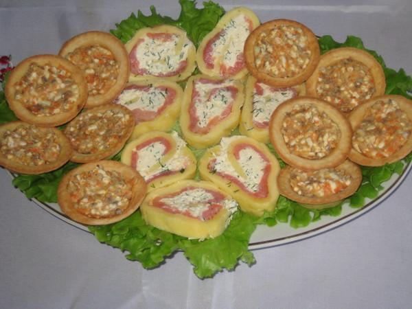 Тарталетки с ложной икоркой и сырный рулет с семгой и творожным кремом.
