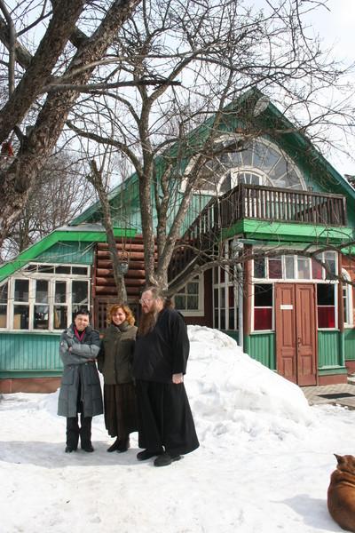 Татьяна Резвых, Анна Резниченко и игум. Андроник у фасада дурылинского дома