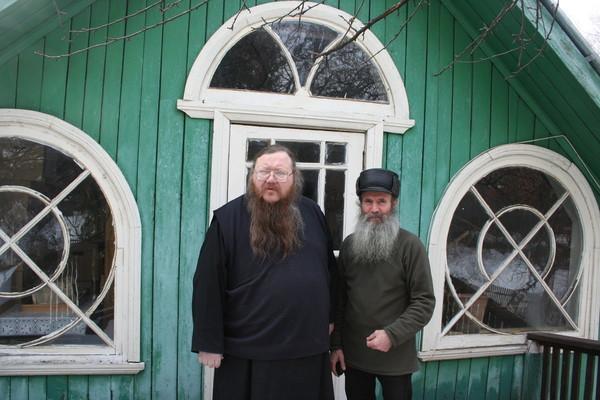 Игумен Андроник с директором музея, Геннадием Васильевичем Лебедевым на балконе второго этажа дома