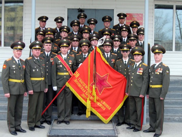 марширующих в шеренге, над ними - цветное изображение полотнища знамени внутренних войск мвд россии