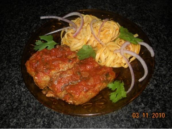Колбаски в соусе из томатов,чечевицы и красного вина