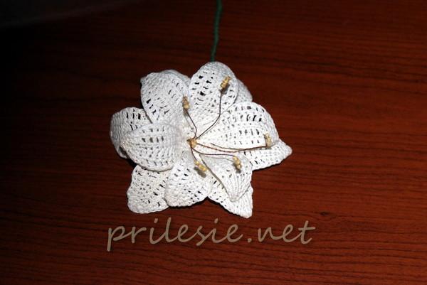 Тоже вязанная крючком белая лилия, но уже другая