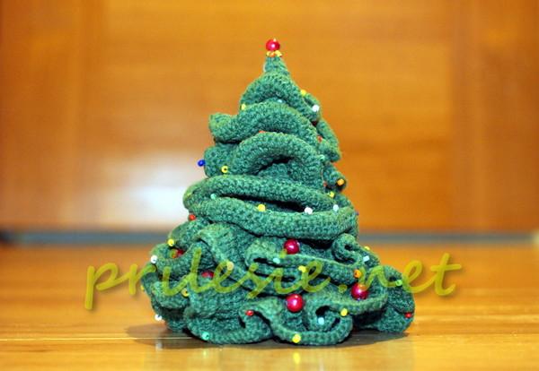 Вязанная крючком новогодняя елочка, украшенная бисером и бусинами