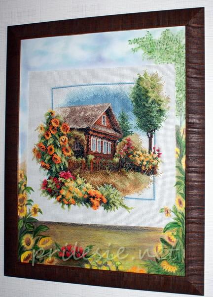 Вышитый домик в окружении цветов