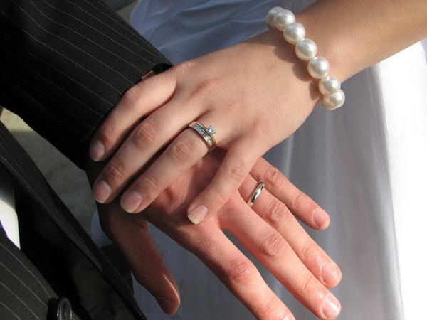 пара с кольцами на левой руке