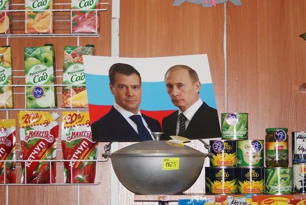 В питерских продуктовых можно увидеть Медведева