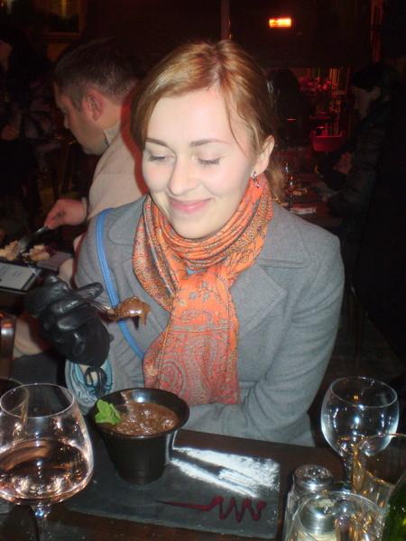 Юля поглощает шоколадный мусс