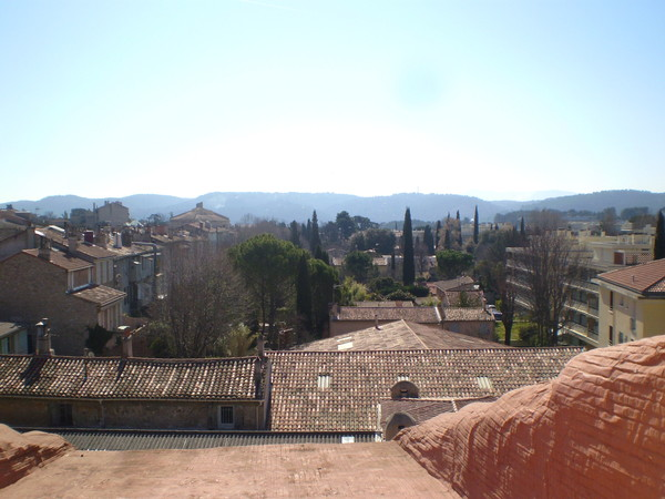 утро в Провансе. вид из окна гостиницы
