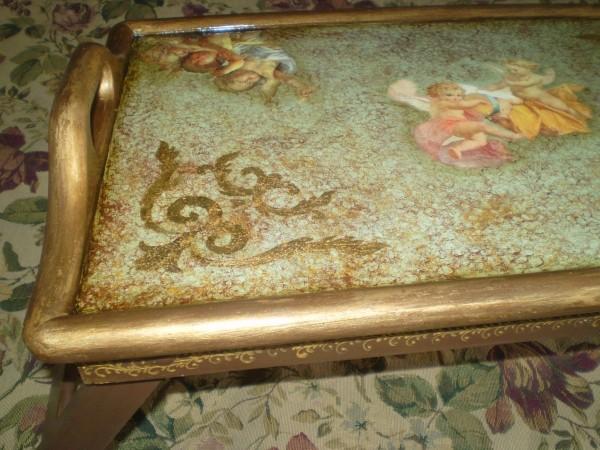 столик поднос Ангелы любви золото